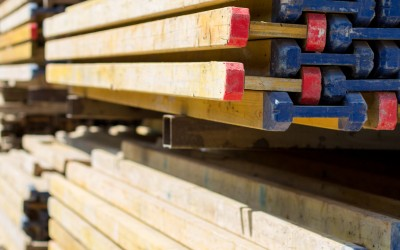 Viele Leiter in Regalen liegen übereinander