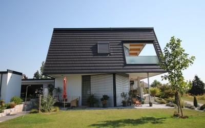 Seitenansicht eines Einfamilienhauses in Aschbach mit Garten
