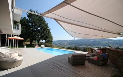 Außenbereich mit Pool eines Einfamilienhauses in Biberbach